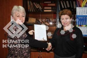 Представитель компании «Кумтор» передала собранные сотрудниками деньги для НИИ Кардиологии