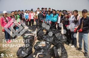 Школьники очистили побережье от мусора