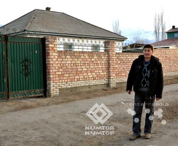Жолдошбек Кененбаев возле своего дома