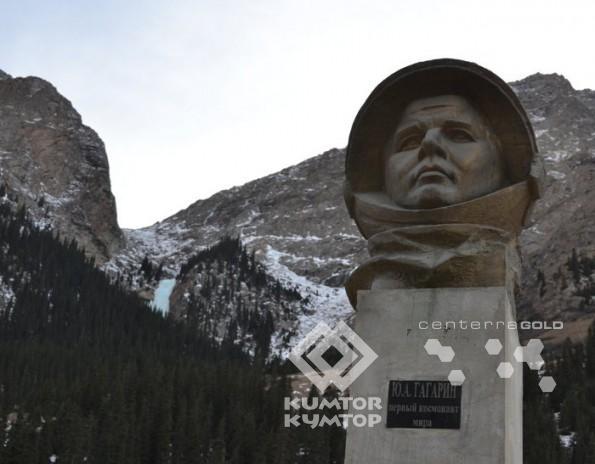 Памятник Юрию Гагарину на фоне замерзшего водопада Барскоон