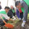 Президент компании «Кумтор», Майкл Фишер принял непосредственное участие в посадке деревьев
